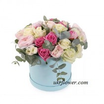 Mixed roses in a hat box